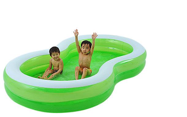 お友達とゆったり遊べる8の字タイプの家庭用プール♪送料無料
