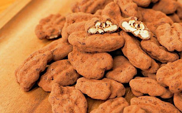 ピーカンナッツをチョコレートとココアパウダーでコーティング!